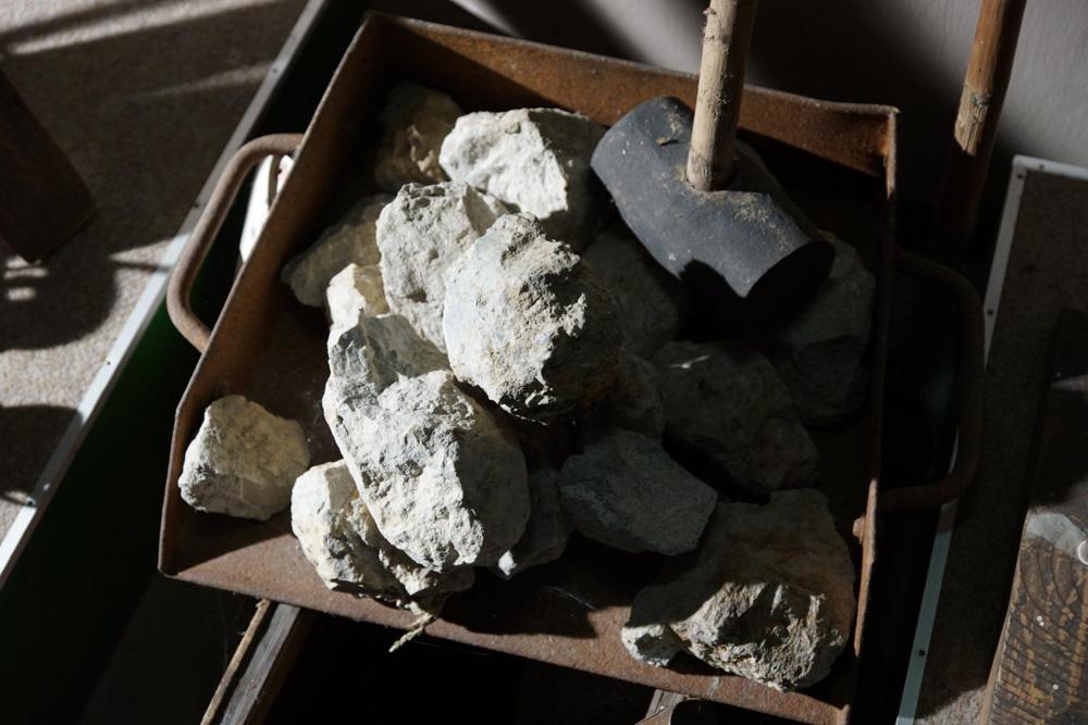 鉱石と掘削道具